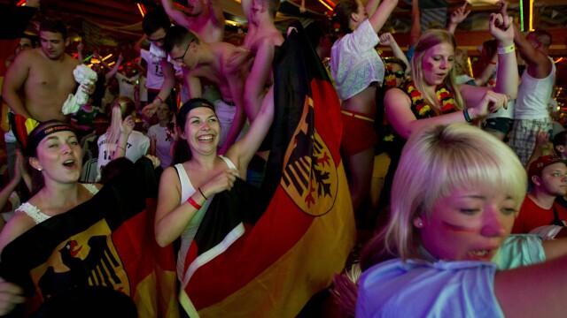 Steaguri arse si lupte de strada. Violente in Brazilia, dupa cosmarul din semifinalele Campionatului Mondial. GALERIE FOTO - Imaginea 6