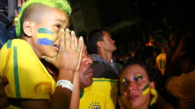 Steaguri arse si lupte de strada. Violente in Brazilia, dupa cosmarul din semifinalele Campionatului Mondial. GALERIE FOTO - Imaginea 11