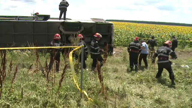 ANIMATIE GRAFICA. Cum a fost rasturnat un autocar cu 40 de oameni de un Logan. Filmul accidentului cu 33 de raniti de pe A2 - Imaginea 4