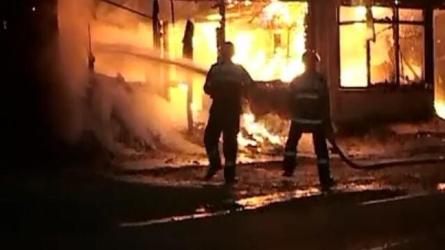 Un depozit de bauturi alcoolice a ars din temelii, in Iasi. Paguba se ridica la 100.000 de euro