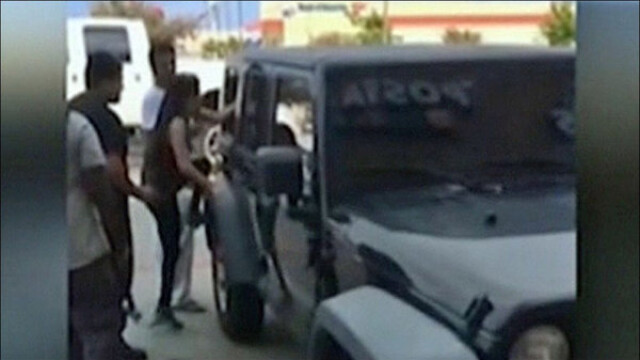 De frica unei tragedii, un grup de trecatori a spart geamul unei masini pentru a scoate doi copii incuiati inauntru