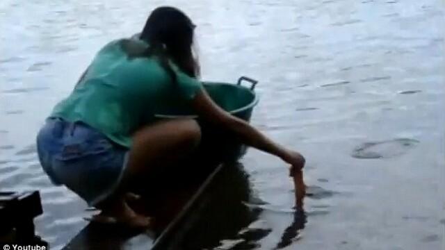 Curaj sau inconstienta? Fata care prinde piranha cu mainile goale