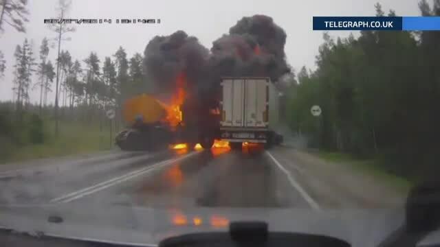 Impact urmat de o explozie puternica, intre un TIR si un camion, in Rusia. TIR-ul transporta carburant