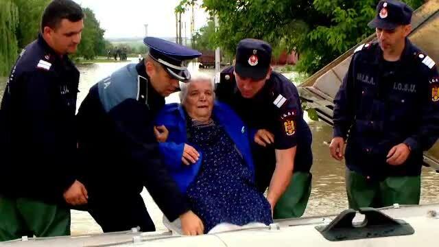COD ROSU de inundatii in 6 judete din tara. Povestile oamenilor care inca traiesc cu frica unei catastrofe