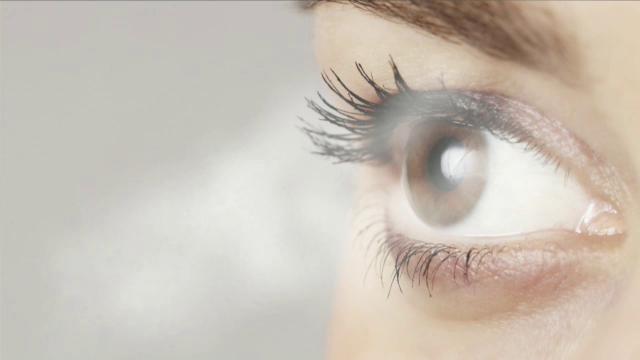 Ce risti daca porti lentile de contact mai mult de 12 ore. Boala care apare iti poate afecta definitiv vederea