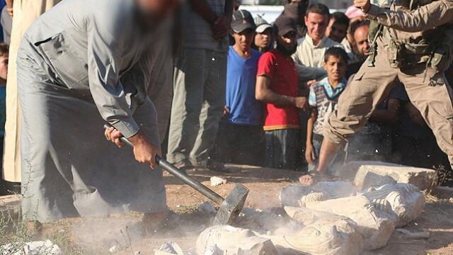 ISIS loveste din nou in civilizatie. Jihadistii au zdrobit si facut bucati o statuie veche de 2000 de ani in Palmira