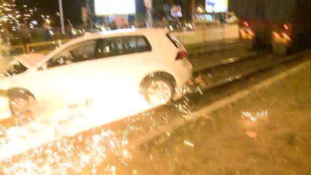 Accident grav in Capitala. O masina a ajuns pe linia de tramvai, intr-un stalp, insa pericolul abia atunci a inceput