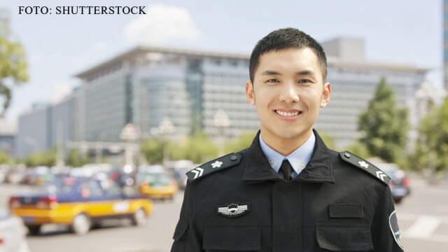 Un escroc din China si-a facut sectie de politie in apartament si s-a dat drept agent. Cum a fost prins in final - Imaginea 1