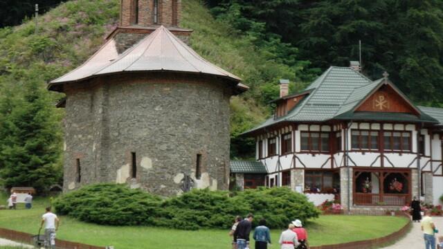 Tragedie la Manastirea Prislop. Un barbat venit in pelerinaj la mormantul parintelui Arsenie Boca a murit in curtea lacasului