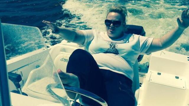Actrita surprinsa intr-o ipostaza inedita pe o plaja din Ibiza. Cum se distreaza vedeta la inaltime. FOTO