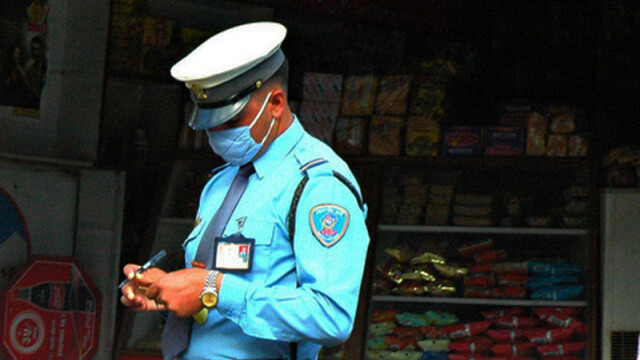 politist din Nepal dand amenda