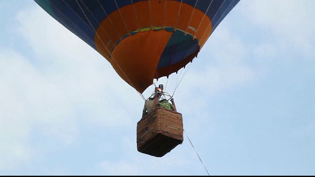 Un frizer rus si-a tuns clientul la 4.000 de metri altitudine. Cum arata insa noua tunsoare cu care s-a ales omul
