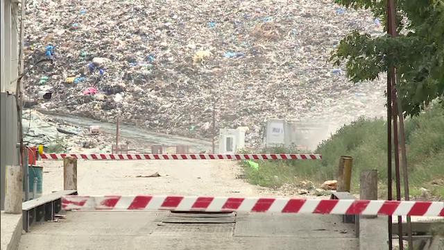 Scandalul gropii de gunoi din Chiajna, care polueaza Capitala, continua. Angajatii sustin ca e normal sa miroasa urat