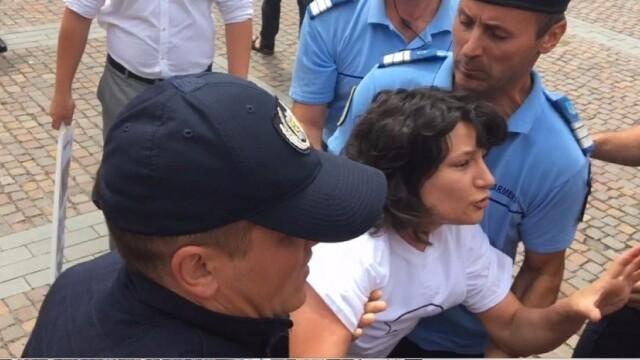 O tanara i-a infruntat pe manifestantii de la un miting pro familia traditionala. \