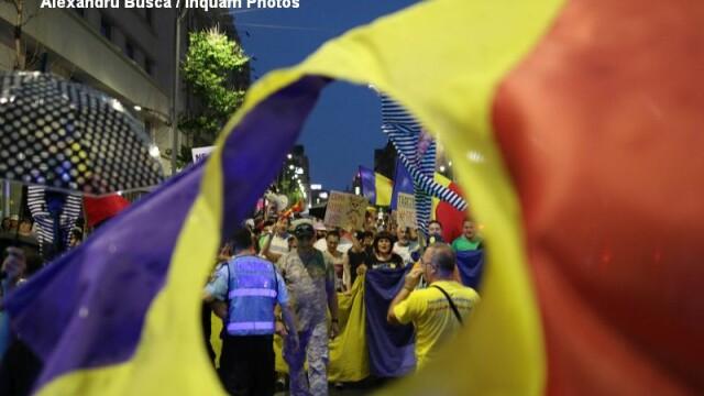Proteste in Capitala, Sibiu si Iasi. 1.000 de persoane, mars, pe ploaie torentiala, spre Palatul Parlamentului. VIDEO