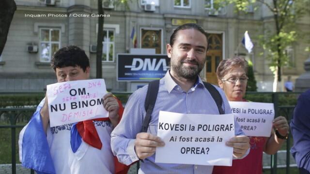 Deputatul PSD Liviu Plesoianu protesteaza in fata sediului DNA: \