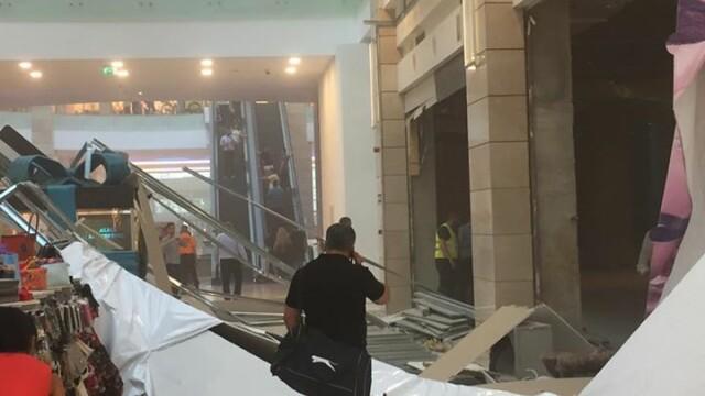 Incident intr-un mall din Bucuresti, unde un paravan s-a prabusit joi dupa amiaza. Reactia AFI Cotroceni. FOTO