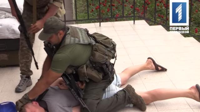 Jurnalist ucrainean, impuscat in gat in timpul unui exercitiu militar, dupa ce s-a oferit sa joace rolul unui infractor VIDEO