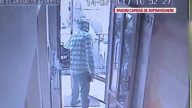 """Un barbat cu masca """"Anonymous"""" a facut de doua ori scandal la Primaria Arad si a ranit doi politisti locali. Unde a fost dus"""