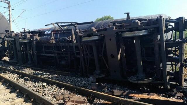 Doua vagoane pline cu combustibil lichid au deraiat in gara Tandarei. In apropiere sunt mai multe trenuri cu calatori