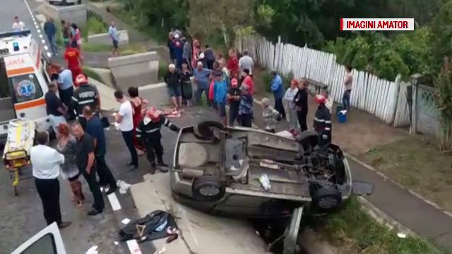 O persoana a murit si trei au fost ranite, dupa ce au intrat cu masina intr-un cap de pod si s-au rasturnat