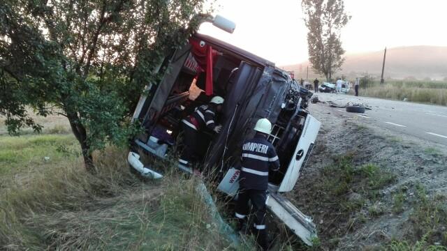 Sapte raniti, dupa ce autocarul in care se aflau s-a ciocnit cu un autoturism si s-a rasturnat in Cluj. Planul rosu, activat