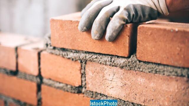 Un zid este marul discordiei dintre 2 familii vecine din Tara Galilor. Cum s-a razbunat pe tinerii proaspat casatoriti FOTO