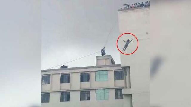 Momentul in care o tanara cade in gol de la 20 de metri sub privirile tatalui ei. Colegii i-au filmat moartea. VIDEO