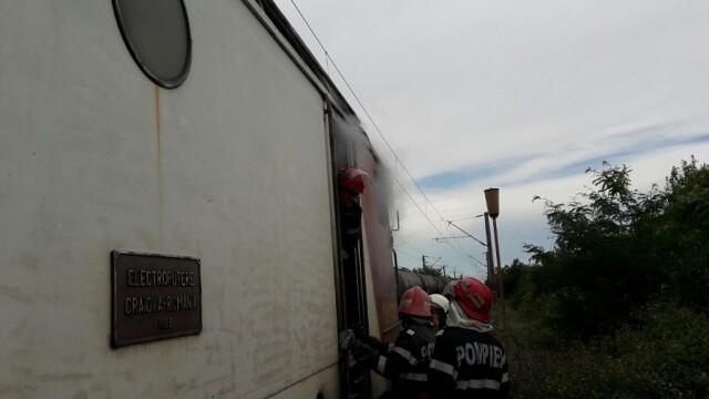 Locomotiva unui tren care circula pe ruta Craiova-Bucuresti a luat foc. Pompierii au intervenit de urgenta