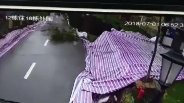 Momentul șocant în care o șosea se prăbușește din cauza inundațiilor. VIDEO
