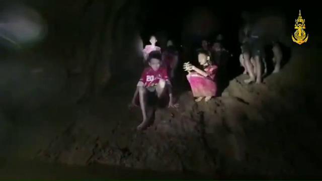 Salvare dificilă pentru cei 12 copii blocați într-o peșteră din Thailanda