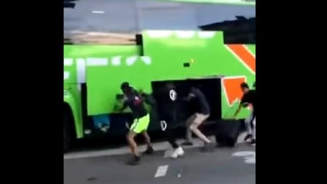 Imagini incredibile în Franța. Cum este jefuit un autocar plin cu pasageri aflat în mers