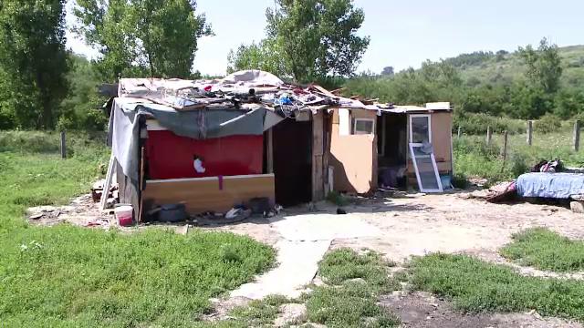 Fetiță de 11 ani, legată cu sfori de un stâlp în fața casei. A fost găsită dezbrăcată