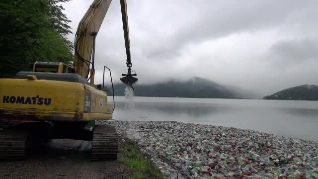 Cantitate record de gunoaie pe Lacul Bicaz. Voluntarii au reușit să curețe zona