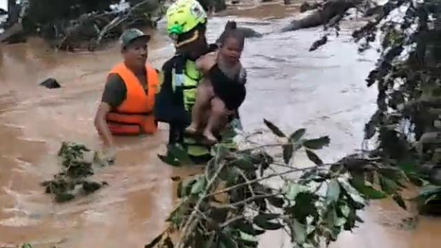 Un copil în lacrimi salvat din ape în Laos, chipul catastrofei în urma prăbuşirii unui baraj