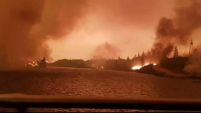 """""""Tornadă de foc"""" în California. Mii de oameni sunt în pericol"""