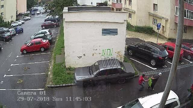 Tinerii care au jefuit o bătrână în Braşov au fost prinşi. Unul dintre ei a fost reținut