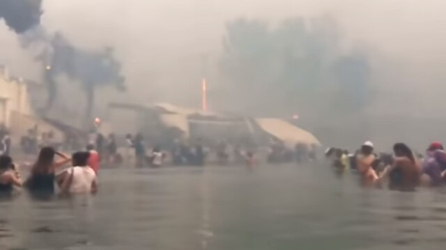 Imagini terifiante în Grecia. Oamenii au fugit îngroziți din calea flăcărilor în mare