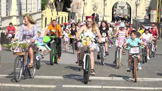 Motivul pentru care sute de femei din Alba Iulia și-au împodobit bicicletele cu flori