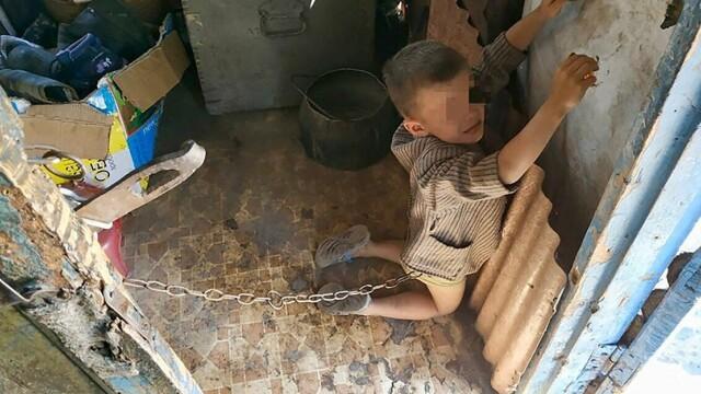 Copil de 6 ani, legat cu lanţul în grajd şi biciuit de tatăl său. Explicaţia părintelui - Imaginea 1