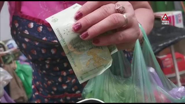 Interzise prin lege, pungile din plastic se găsesc în toate pieţele. Ce spun comercianţii