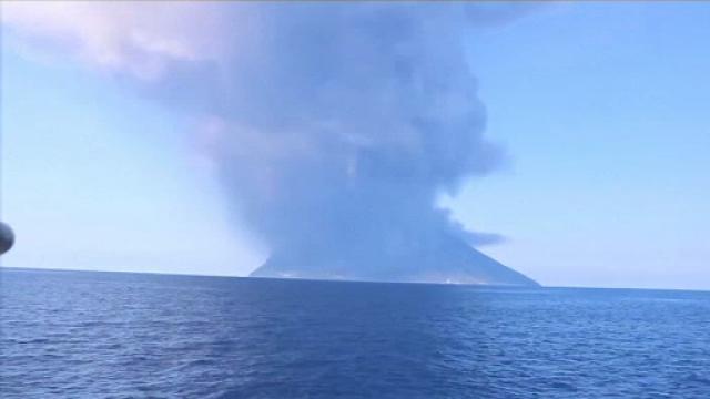 A erupt vulcanul Stromboli, din Italia. Motivul pentru care un turist a murit. VIDEO