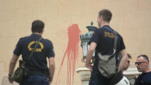 Doi polițiști răniți în urma unui atac asupra unui comisariat din centrul Atenei
