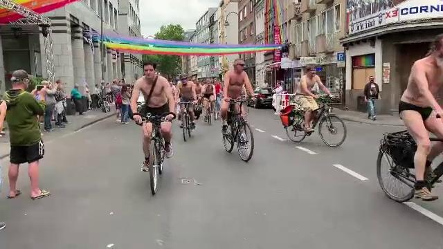Motivul pentru care mai mulți bicicliști au ieșit dezbrăcați pe străzi