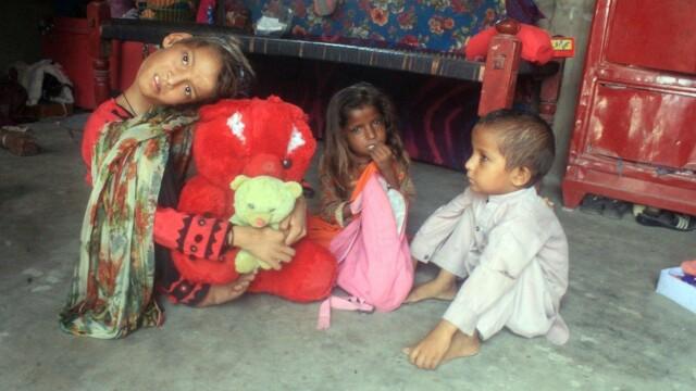 Cum arată fata care a rămas cu capul îndoit la 90 de grade. Boala rară de care suferă. FOTO - Imaginea 4