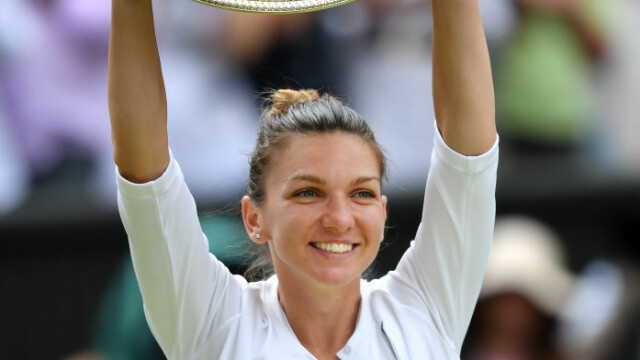 Primele imagini cu Simona Halep cu trofeul de la Wimbledon. GALERIE FOTO - Imaginea 4