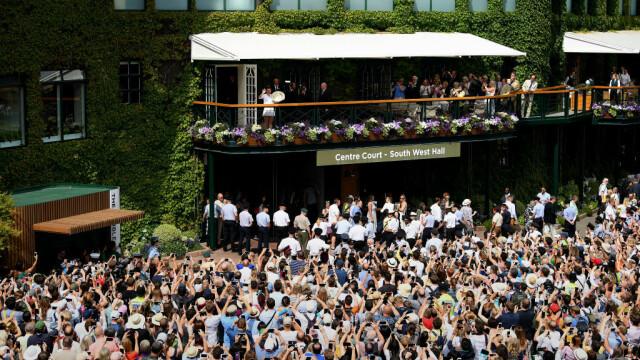 Primele imagini cu Simona Halep cu trofeul de la Wimbledon. GALERIE FOTO - Imaginea 21