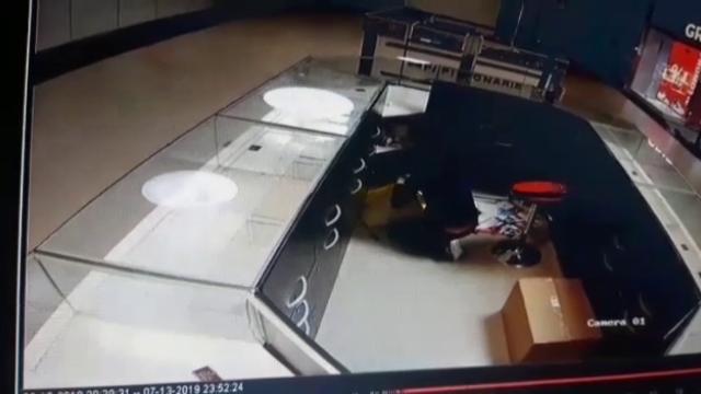 Jaf eşuat, la un mall din Craiova. Hoţul a fost la un pas să plece cu toate bijuteriile