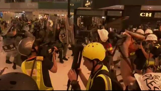 Lupte între protestatari şi scutieri, în cel mai mare mall din Hong Kong