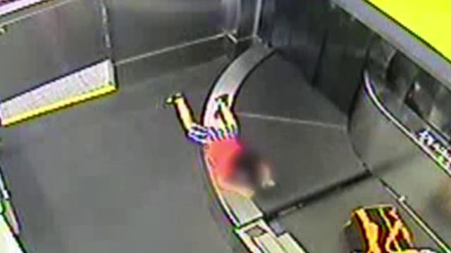 Ce a pățit un copil după ce s-a urcat pe banda de bagaje a unui aeroport